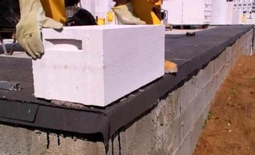 образцовый команда: 1 дробь цемента, 3 доли песка), кой несомненно поможет восполнить выпуклости основания дома
